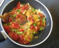 Tomate mit Ei und Frühlingszwiebeln