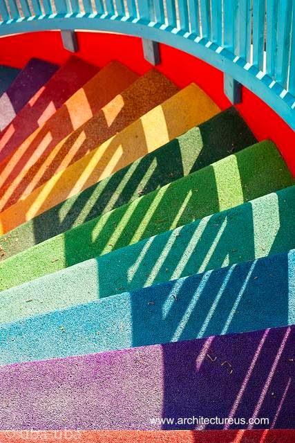 Escalera exterior a colores de arcoiris