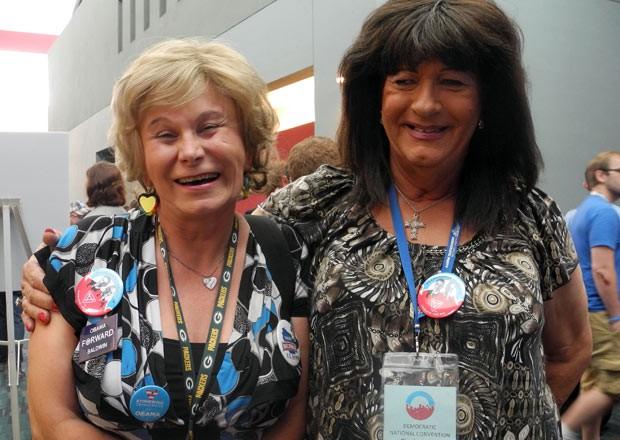 Transsexuais Jamie Shier e Janice Covington posam para fotos na convenção democrata em Charlotte, nos EUA (Foto: Mladen Antonov / AFP)