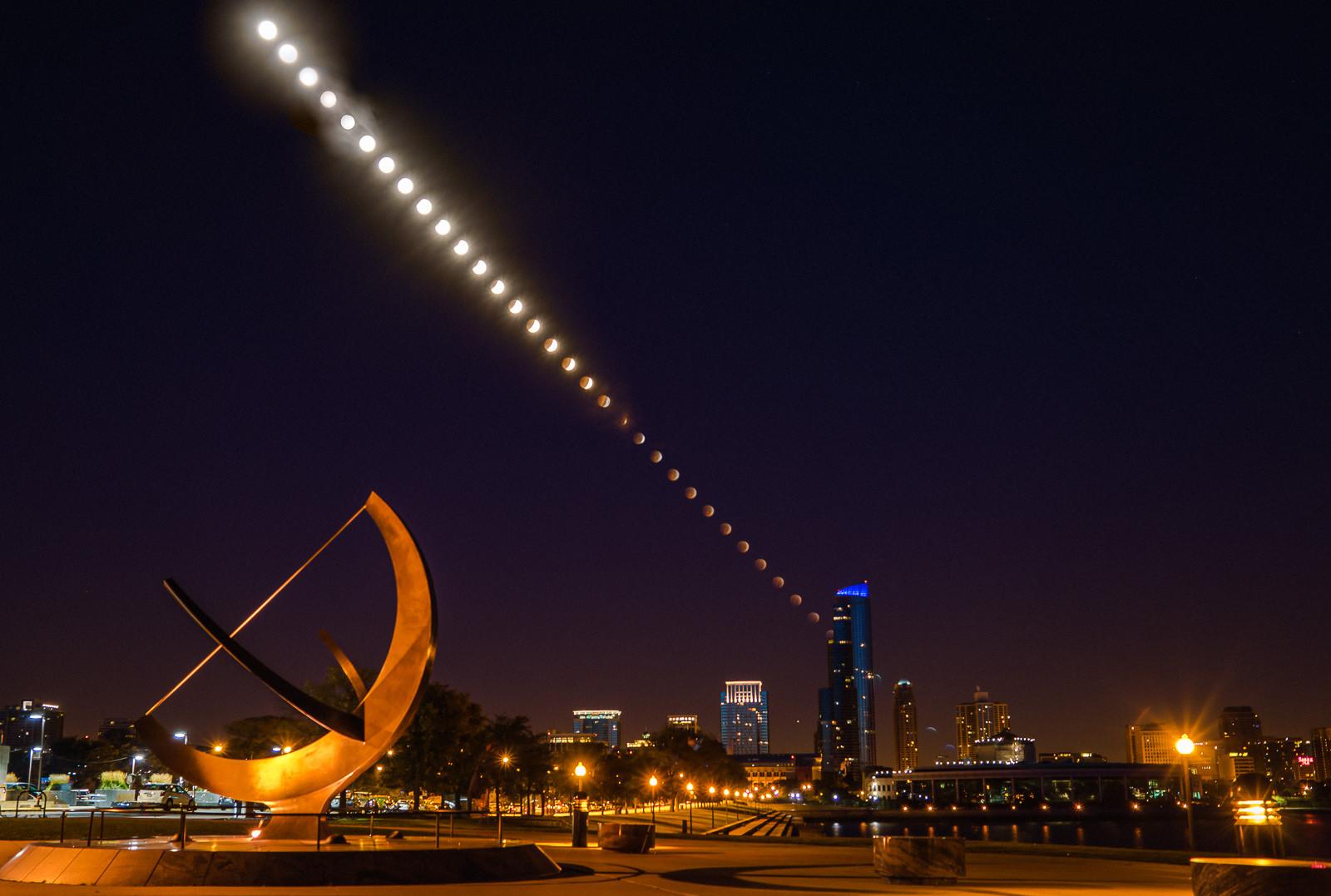 Quá trình diễn ra nguyệt thực từ lúc Mặt Trăng mọc cho tới khi nó lên cao trên bầu trời ở Cung thiên văn Adler, thành phố Chicago, Hoa Kỳ. Tác giả : Pete Tsai.