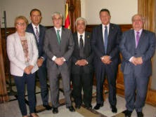 De izquierda a derecha: la secretaria Feliu; el decno de los Procuradorse, Ignacio López Chocarro; el consejero Gordó; el decano de el ICAB, Oriol Rusca; el presidente del CAC, Miquel Sàmper; i el secretario Colet.