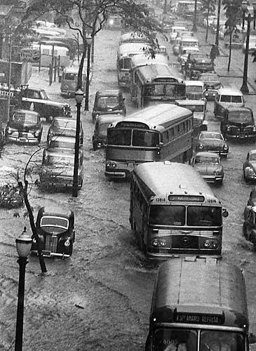 Série de fotos da cidade de São Paulo sofrendo com as enchentes nos anos 60.