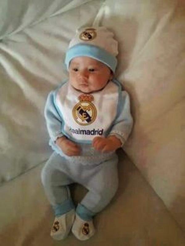 Foto bayi lucu pakai kostum sepak bola real madrid