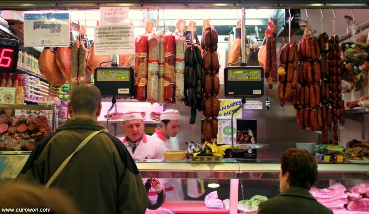 Chorizos y jamones en el mercado del Calvario