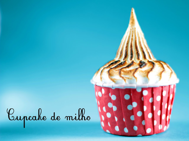 Cupcake de milho com merengue suíço de canela para festa junina