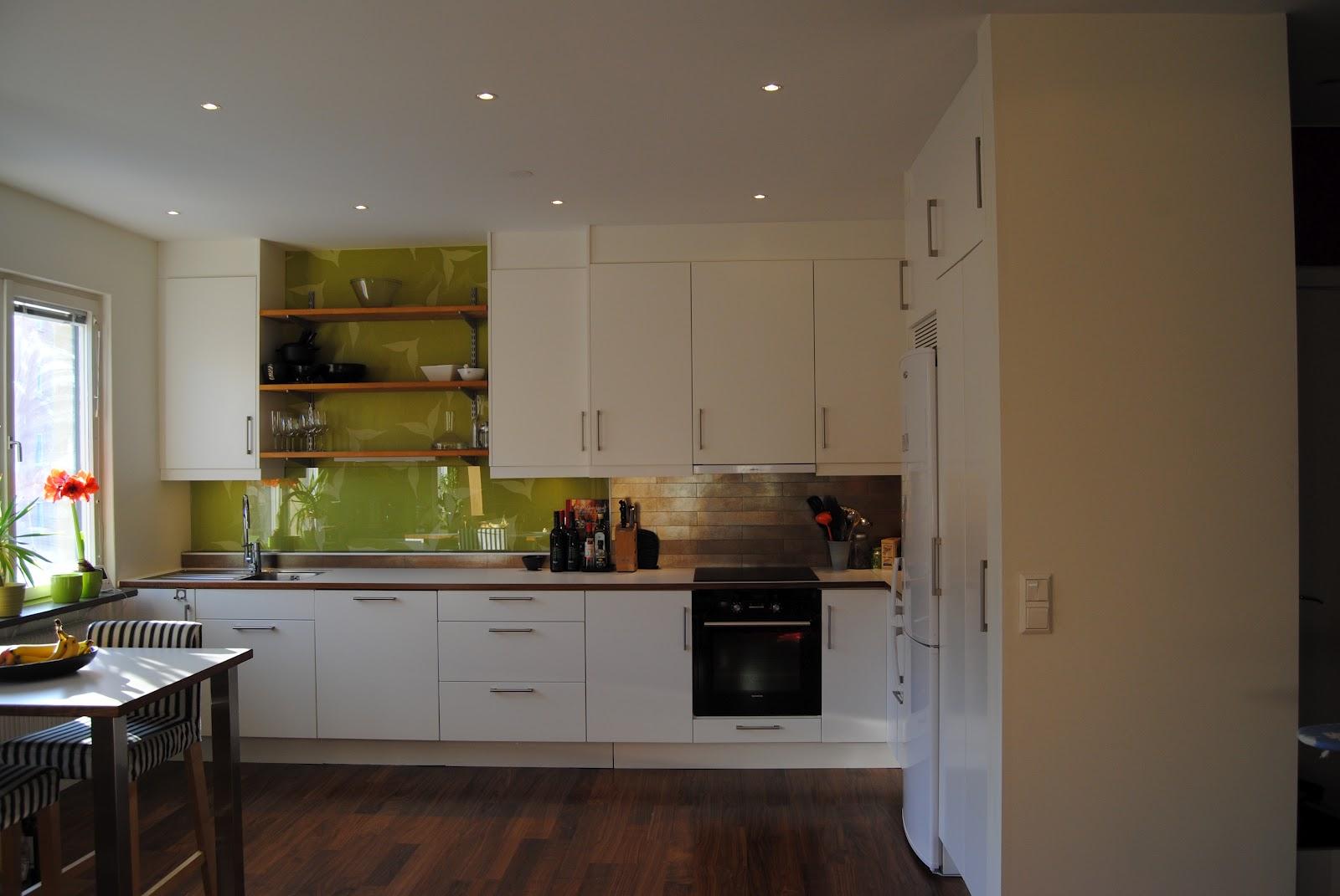 Vitt kök med färg