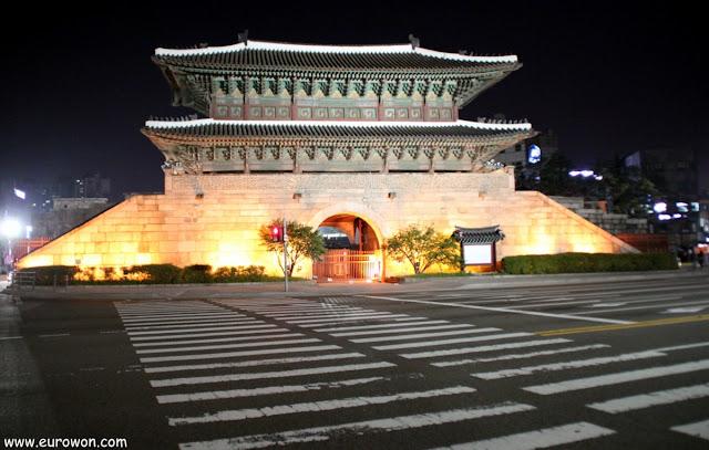 Puerta Dongdaemun de noche