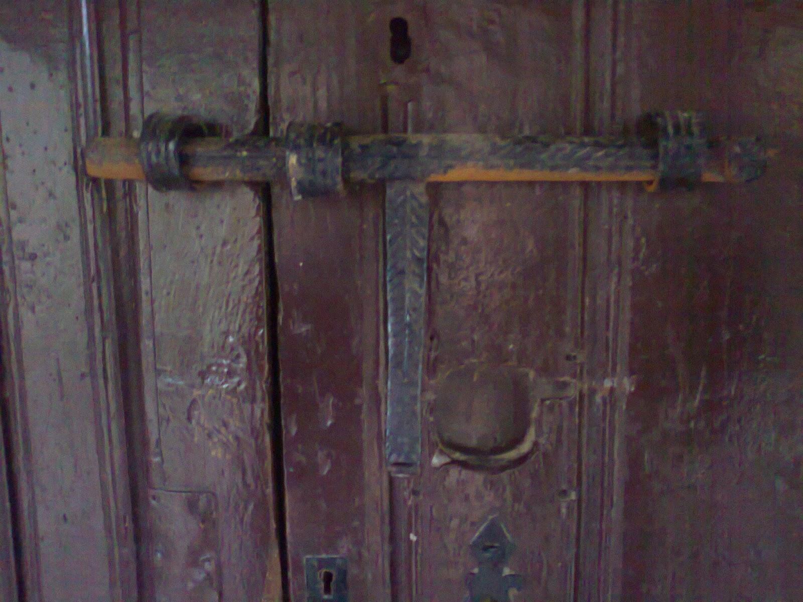 El robledal de todos cerrojos y rejostras en puertas g ticas for Decoracion con puertas antiguas