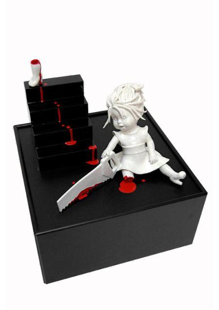 Maria Rubinke esculturas porcelana surreais sangue crianças macabras Serrote