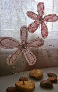 http://www.decoraydiviertete.net/2014/07/tutorial-para-hacer-una-flor-diferente.html