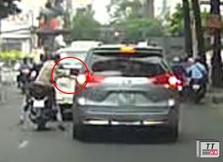 Trong chớp mắt, chúng lao vào vặt kính chiếu hậu chiếc Toyota Venza đang dừng đèn đỏ và nhanh chóng tẩu thoát.