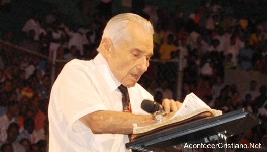 Yiye Ávila predicando