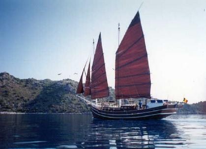 Gambar Kapal Layar Jung warna merah