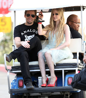 Videoclip » Here's to Never Growing Up [¡100 Millones!] - Página 3 EXPOSTAS.com+Avril+Lavigne+2013-04-07+-+On+Set+of+her+new+Video+HERE%27S+TO+NEVER+GROWING+UP+in+LA+%2817%29