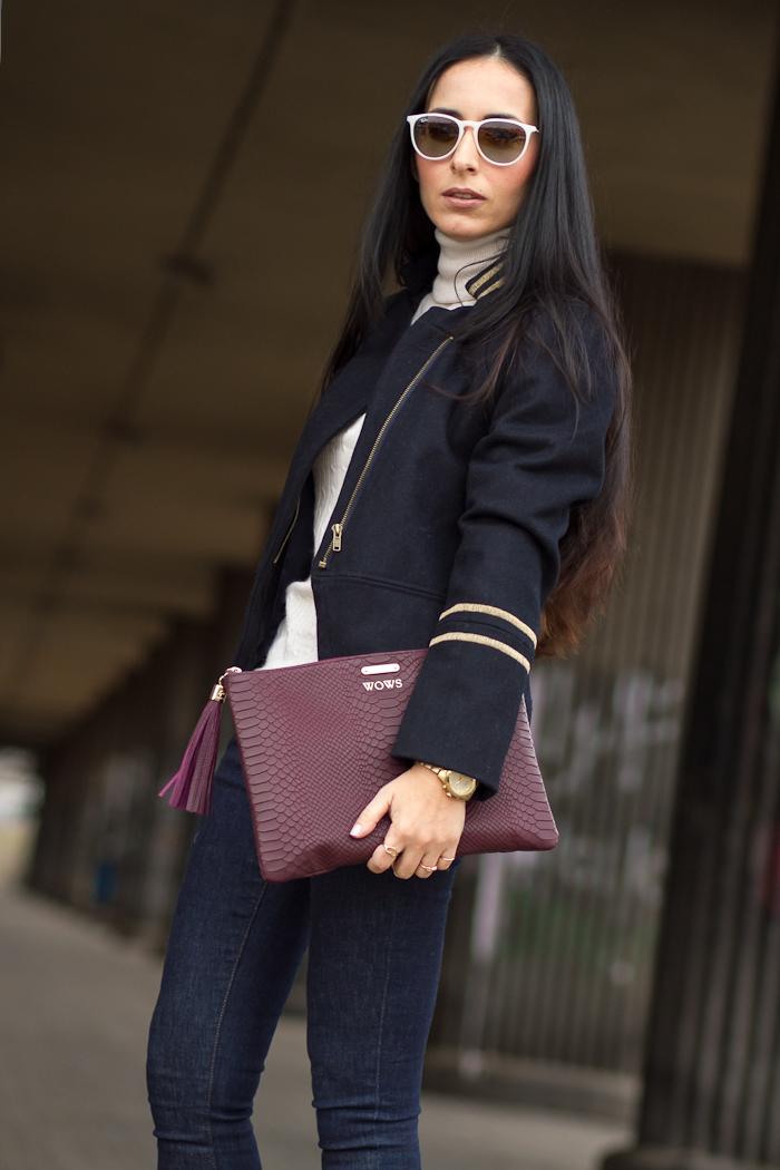 Chaqueta corta de estilo militar con jeans y accesorios color granate Blog Moda España Valencia