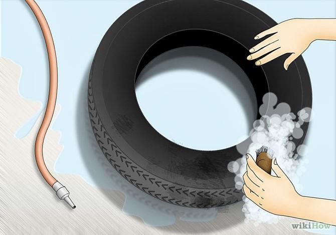 تنظيف إطار السيارة بالماء و المواد المنظفة لازالة الاوساخ