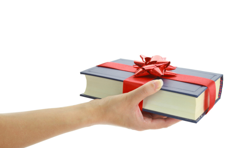 Книга как подарок в руках