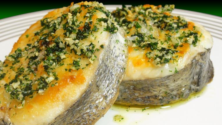 Cocinar para los amigos merluza a la plancha con ajos y for Como cocinar salmon plancha