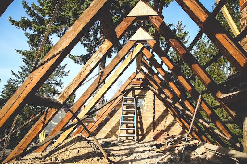 Abgedecktes Hausdach mit freien Dachbalken