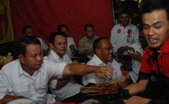 Prabowo Makan Pakai Tangan Kiri