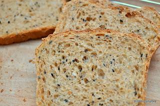 Ot kromki chleba z prosem i czarnuszką.
