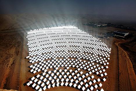 Farma wiatrowa na pustyni Mojave, USA. Źródło:Bright Source Energy