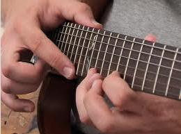 Tapping dalam belajar gitar dengan mudah