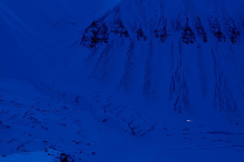 üksik mootorsaan oru põhjas hilisõhtul, lonely snowmobile in twilight