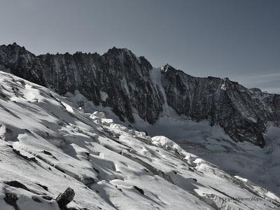 En montant vers les Aiguilles des Rochassiers et le Col des Cristaux, on grimpe face à l'aiguille de Talèfre, dans le massif du Mont-Blanc.