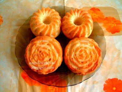 Tojásfehérjéből kókuszos muffin, virágmintás, szilikonos muffin sütőben sütött, tejtermék mentes sütemény.