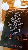 http://villasukkakirjahyllyssa.blogspot.fi/2015/11/alice-hoffman-ihmeellisten-asioiden.html