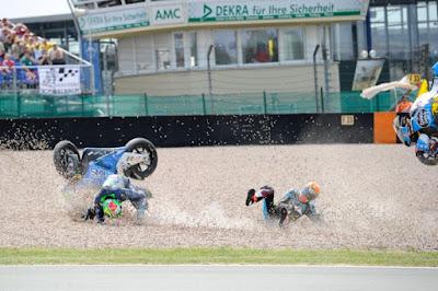 Detik-detik Kecelakaan Rabat vs Morbidelli di Sachsenring 2015