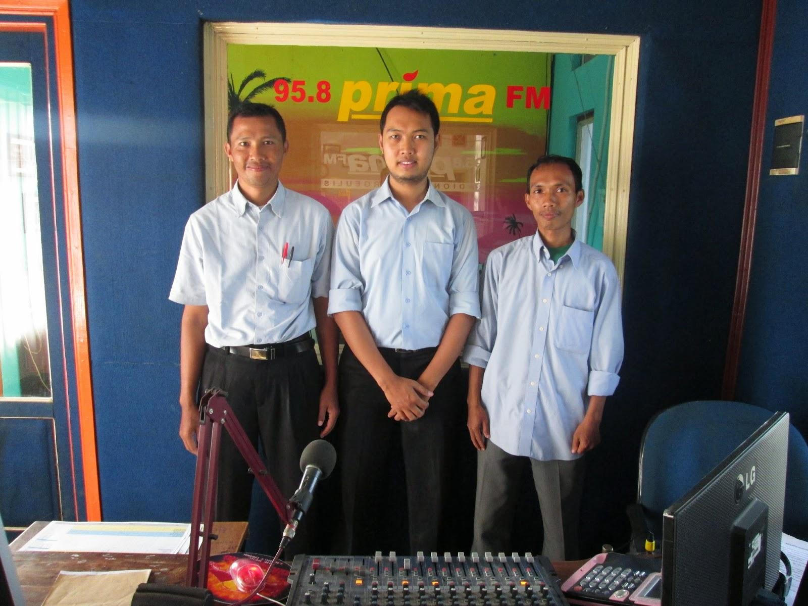 Kiri-kanan: Nurkhamim, Helmi, Rasna foto bersama di studio 95,8 Radio Prima FM