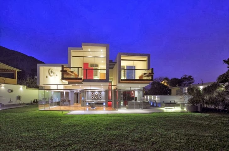 Extreme modern house by Longhi Architects at night