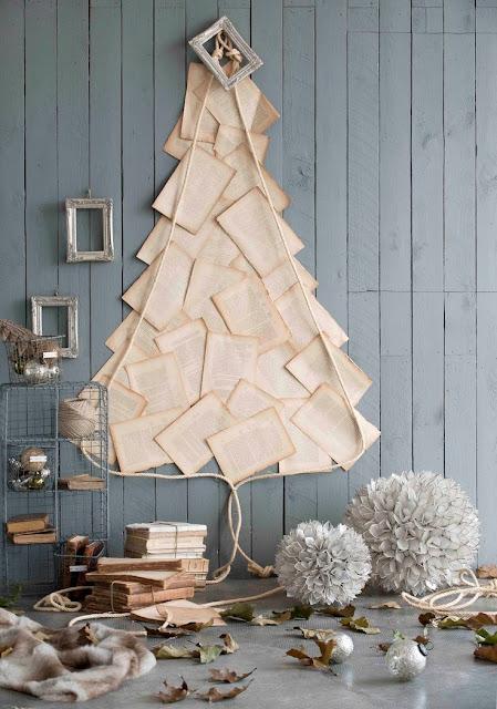 Árvore de Natal feita com pàginas de livros na parede