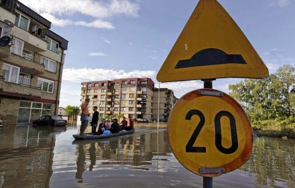 These 16 photos will disturb you... The Balkans in the grip of flood! - People ride a boat during heavy floods on a main street in Bosanski Samac May 19, 2014.
