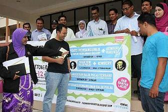 All set: Mohd Yusmadi (third left) and Penang Municipal councillor and Infrastructure and Transport Committee alternate chairman Ramlah Bee Asiahoo (left) looking at a banner at the Balik Pulau market complex promoting the Interaksi Balik Pulau 2011 event this weekend.