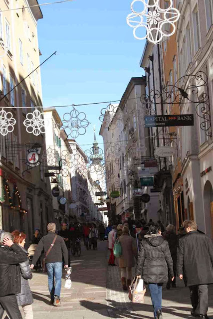 Shopping-Paradies Linzer Gasse in Salzburg © Copyright Monika Fuchs, TravelWorldOnline