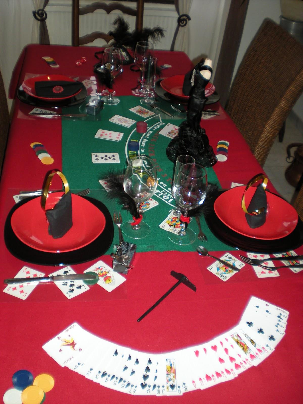 le set de table une feuille de plastique rigide a3 pos e sur quelques cartes jouer. Black Bedroom Furniture Sets. Home Design Ideas