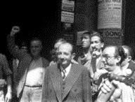 Madrid, 27-8-1936.- El embajador de la Unión Sovietica en Madrid, Marcel Rosemberg, tras presentar sus credenciales, rodeado de ciudadanos con el puño en alto.
