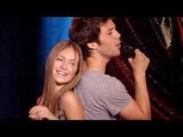 Paula y Carlos de Vive Cantando en una escena de la serie