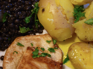 Draufsicht: Belugalinsen, Sellerieschnitzel, Kartoffeln, Leinöl
