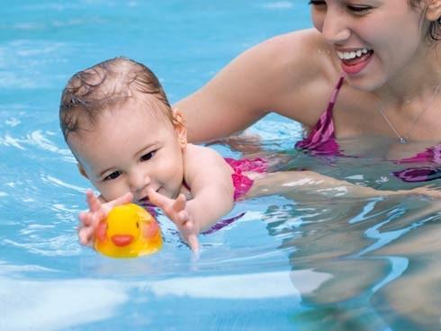 De piscinas otra de ni os y piscinas for Clases de piscina para bebes