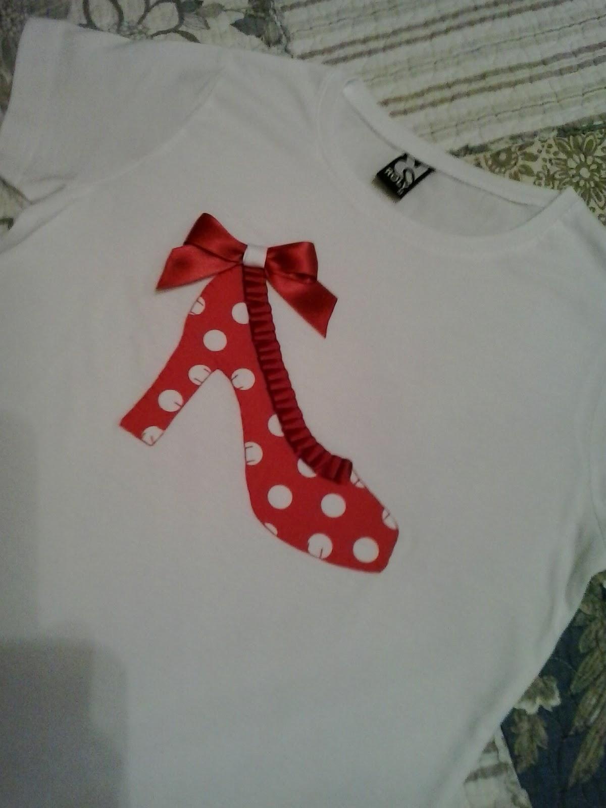Camiseta con detalle de zapato de sevillana