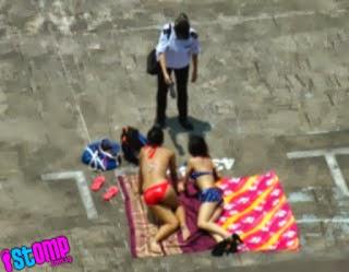 Dua gadis berbikini berjemur di atas bumbung di marah pengawal 5 Gambar