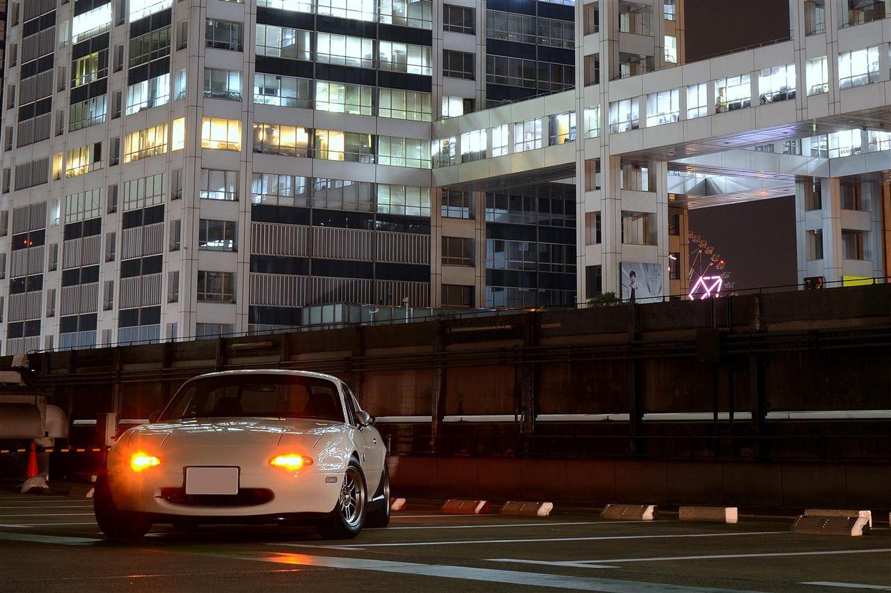 Mazda MX-5, Eunos Roadster, Miata, bez dachu, hardtop, nocą, fotografia samochodowa, kultowy, legendarny, znany, ceniony, japoński samochód z napędem na tył