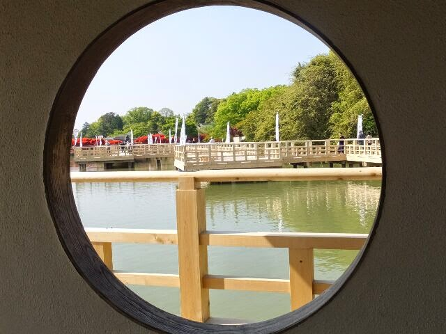 中堤と中ノ島を結ぶ総檜造りの水上橋を含む一帯は、「八条ケ池ふれあい回遊のみち」と名付けられた。