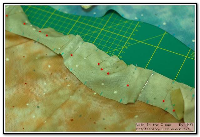 星空布裁剪後以水消筆做完成線記號,再以珠針固定車縫