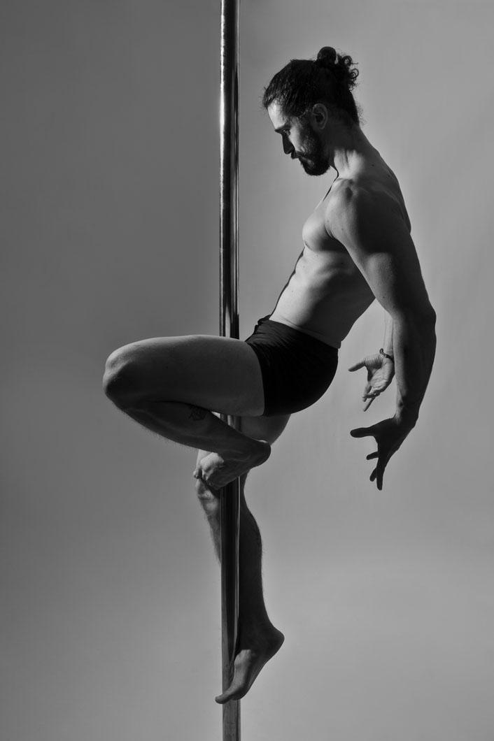 Rafael Melo exibe destreza e sensualidade no Pole Dance
