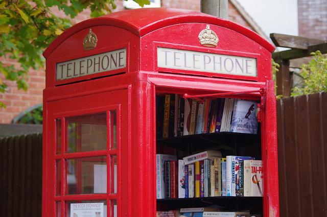 Ingleses transformam cabine telefônica em biblioteca